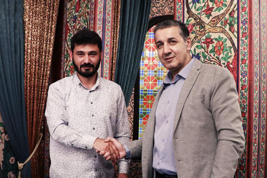 Махмуд Мамедов (справа) жмёт руку сценаристу Сейран Махмудуглы